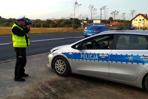 Policja przygląda się radarom.
