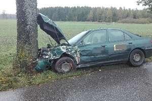Kierowca taksówki zasnął za kierownicą i uderzył w drzewo