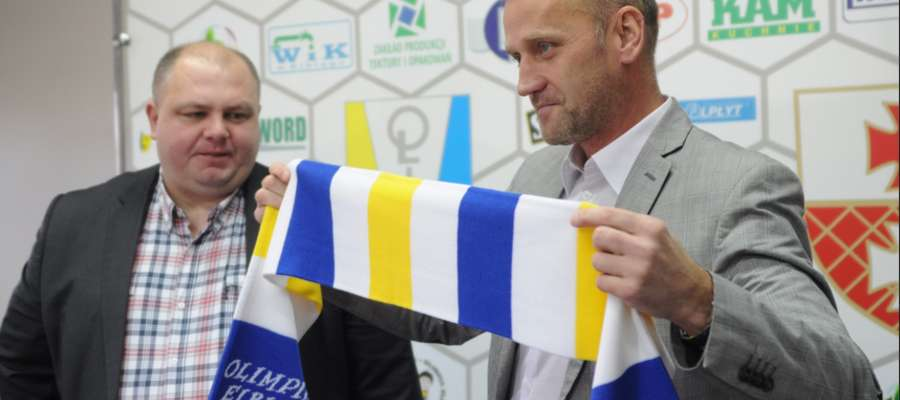 Trener piłkarzy Olimpii Adam Boros (z prawej) i prezes elbląskiego klubu Paweł Guminiak