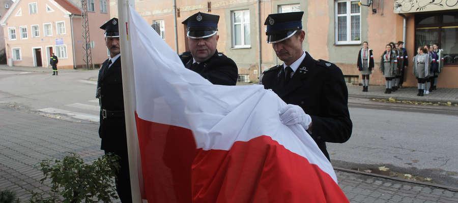 Poczet flagowy stanowili strażacy OSP Troszkowo.
