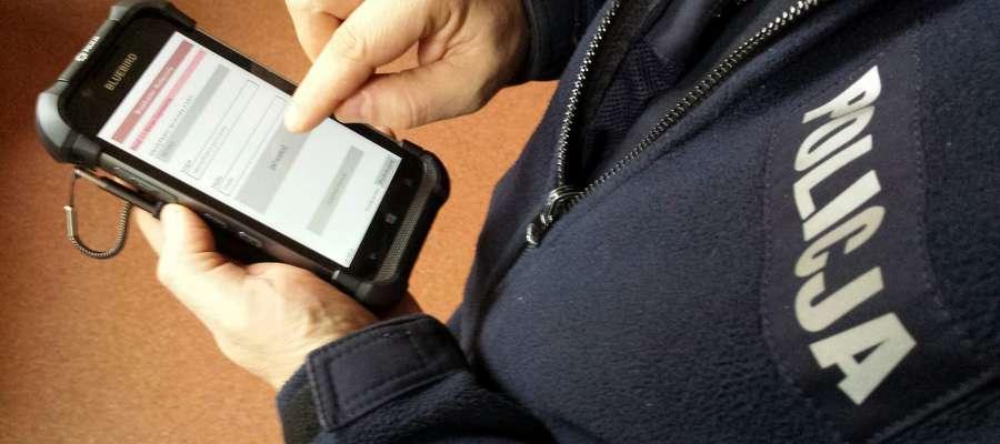 Policjanci sprawdzili podane przez mężczyznę dane na mobilnym terminalu