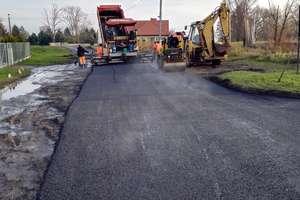 Powiat naprawia drogi. Trwają prace remontowe