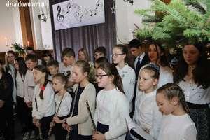 Muzyczny, świąteczny nastrój. Koncert Kolęd i Pastorałek w szkole muzycznej [film, zdjęcia]