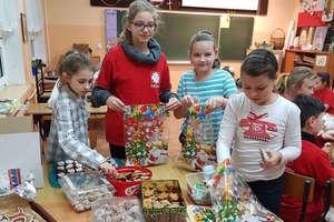 """Dzieci ze szkolnego koła Caritas  z """"czwórki"""" działają na rzecz domu dziecka"""