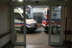Cofając najechał na pieszego. Mężczyzna z urazem kręgosłupa trafił do szpitala