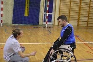 Zawodnicy trenujący koszykówkę na wózkach: Zostawiamy naszą niepełnosprawność w szatni, liczy się tylko rywalizacja