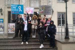 Uczniowie i policjanci wyszli z białymi wstążkami do ludzi