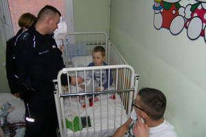 Dzieci w szpitalu odwiedził Mikołaj w... mundurze