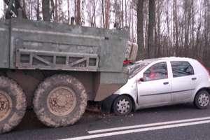 Wypadek na trasie Pisz-Orzysz. Kobieta uderzyła w amerykański pojazd wojskowy