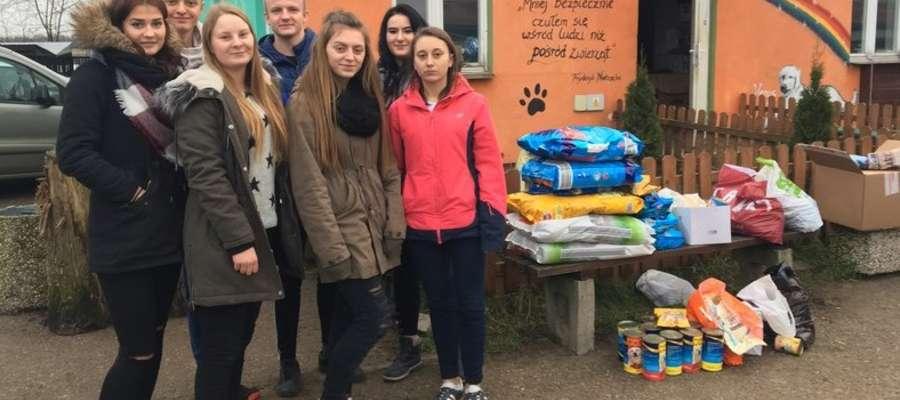 Uczniowie klasy III LP zebrali ponad 100 kg smakowitych prezentów dla psów i kotów