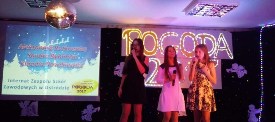 Dziewczęta na scenie Festiwalu Pogoda