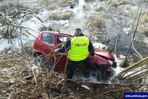 Seicento wpadło do rowu, wojskowy samochód uderzył w drzewo. Niebezpiecznie na drogach regionu