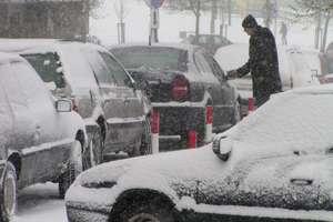 Niewłaściwe odśnieżanie auta może nas sporo kosztować