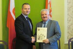 Burmistrz podpisał umowę na odbiór odpadów