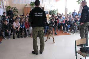 Nie dla narkotyków - mówią uczniowie z Sokolicy i pies na medal