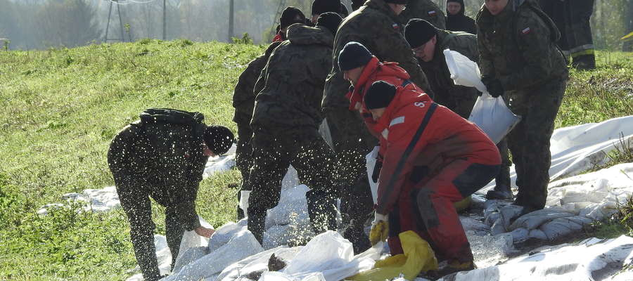 Umacnianie wału w Stankowie na kanale Modrym pod koniec października tego roku