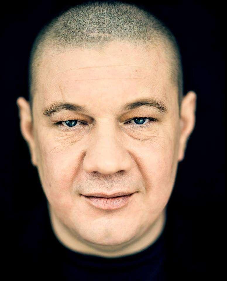Bard, który mówi o sobie barowy grajek. Marek Dyjak wystąpi w Olsztynie! - full image