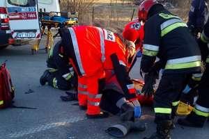 Zderzenie samochodu ze skuterem. Motorowerzysta w szpitalu