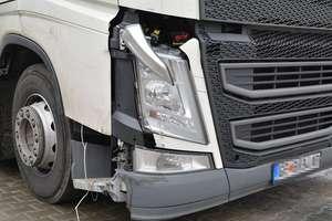 Ciężarówka wjechała w bariery na krajowej