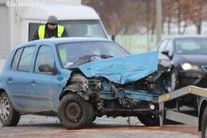 Kolizje na drogach. Zderzenie aut w Działdowie i w gminie Rybno. Pługopiaskarka złamała latarnię