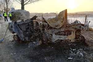 Samochód uderzył w drzewo i stanął w płomieniach. Nie żyje 5 osób [AKTUALIZACJA] [ZDJĘCIA]