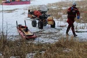 Jazda quadem po zamarzniętym jeziorze zakończona śmiercią pasażera. Ruszył proces kierowcy