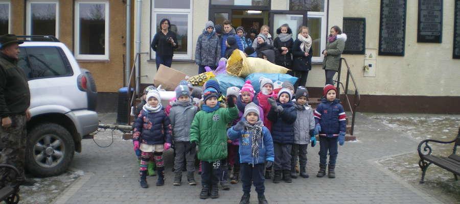Uczniowie szkoły w Żydowie zebrali karmę dla leśnych zwierząt.