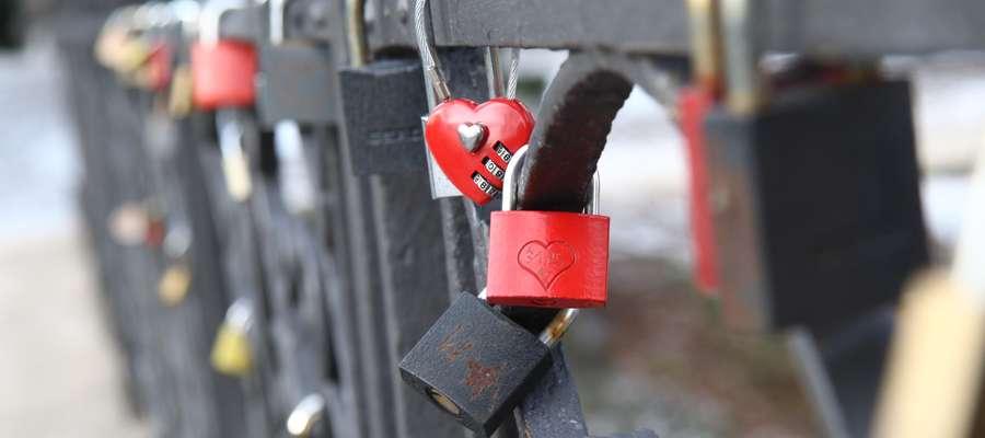 """Na moście zamkowym, zwanym potocznie """"mostem zakochanych"""" ponownie pojawiają się kłódki."""