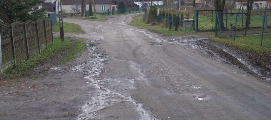 fot. — Fotografie drogi powiatowej wykonane przez mieszkańców Gronowa, którzy postanowili protestować pod urzędem gminy w Lubominie