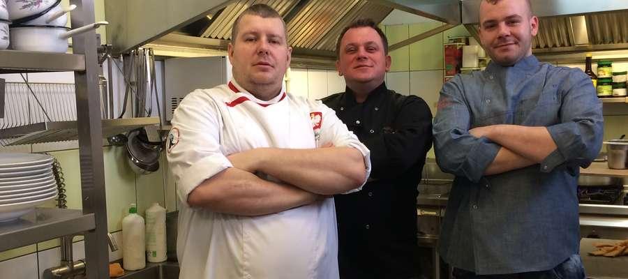"""Od lewej: szef kuchni """"Strzechy"""" Bartosz Majchrzak, właściciel Dawid Ruliński, kucharz Szymon Słomkowski : w ten piątek grochówkę dla bezdomnych przygotuje zespół """"Strzechy"""""""