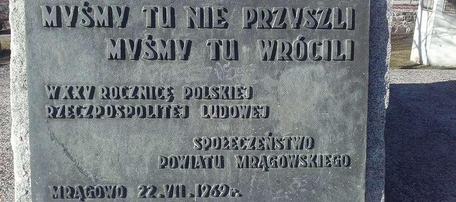Motto z tablicy znajdującej się na granitowym pomniku rycerza