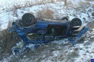 Śmiertelny wypadek na trasie Kętrzyn – Bartoszyce. Vw golf dachował w rowie