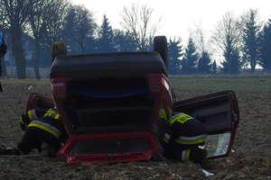 Volkswagen na dachu, dwie osoby jadące autem nie odniosły obrażeń