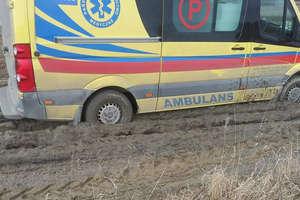 Tragiczny stan dróg powiatu. Karetka z pacjentem utknęła w Sułowie. Wyciągnęli ją strażacy