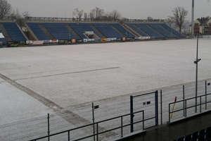 Śnieg nie odpuszcza, ale piłkarze Sokoła są gotowi do gry wieczorem