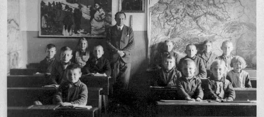 Józef Groth z uczniami w szkole w Nowej Kaletce