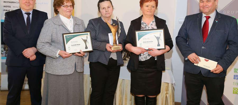 Regina Kuśmierowska (w środku ze statuetką) została w 2018 roku Złotym Sołtysem powiatu kętrzyńskiego. Srebro przypadło w udziale Iwonie Kaszewskiej (po prawej), a brąz Gertrudzie Warno (po lewej)
