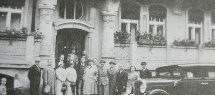 Pracownicy konsulatu z Józefem Gieburowskim i polskimi działaczami. Zdjęcie przed Konsulatem Polskim w Olsztynie