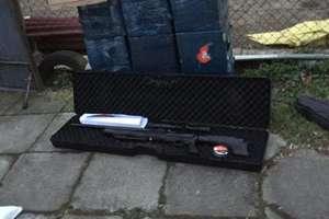 Wykryli magazyn nielegalnych papierosów i broni