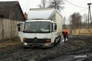 Samorządowcy w marcu rozmawiali w Pieniężnie o tragicznym stanie dróg gruntowych. Mamy nagranie spotkania