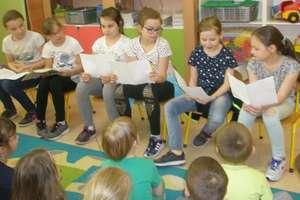 Dzieci czytały przedszkolakom
