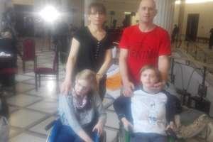 Rodzina z Olsztyna protestuje w Sejmie. Na razie nie wstaną z podłogi
