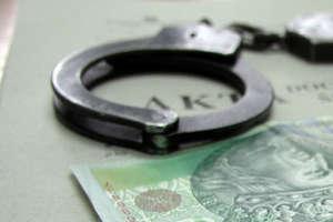 Dzielnicowi na nagraniu z monitoringu rozpoznali sprawcę kradzieży kurtki w barze