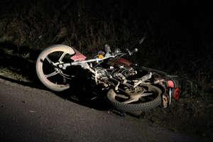 Czy potrącił motorowerzystów, bo jadąc autem oglądał film?