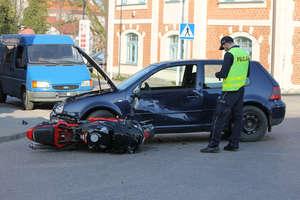 Motocyklista uderzył w volkswagena na skrzyżowaniu w Bisztynku