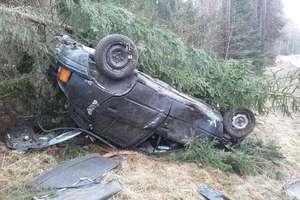 Wypadek na trasie Orzysz-Ełk. Osobówka dachowała w rowie