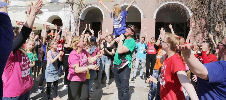 Taniec Wielkanocny  Olsztyn-Taniec Wielkanocny to uliczny taniec wykonywany w okresie Wielkanocy na calym swiecie. Pomyslodawca Tanca Wielkanocnego jest protestancki Ruch UpToFaith.