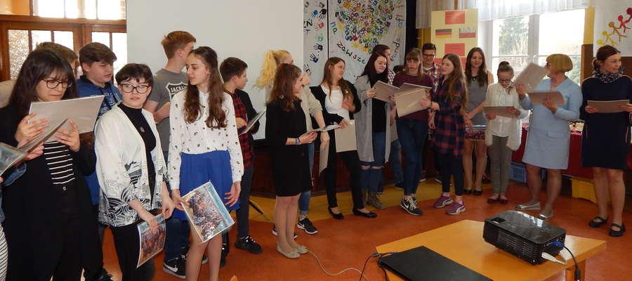 Podczas imprezy pożegnalnej w szkolnej auli