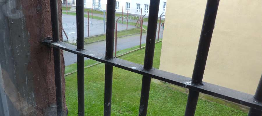 Zdjęcie ilustracyjne — widok na jeden ze spacerniaków zakładu karnego w Iławie