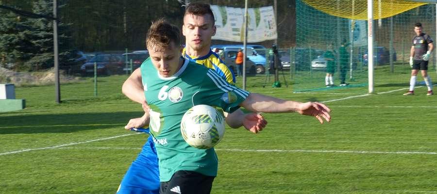 Cezary Nowiński (Rolimpex GKS Wikielec) w walce o piłkę podczas meczu z Turem Bielsk Podlaski